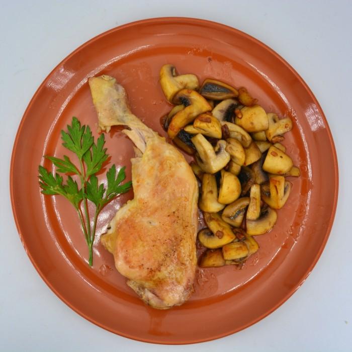 Pollo asado con champiñones al ajillo